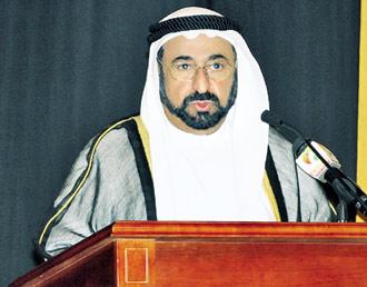 سلطان يشهد تخريج طلبة الطب 101079.jpg