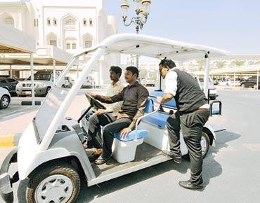 مركبات صغيرة لنقل الطلاب بين كليات جامعة الشارقة