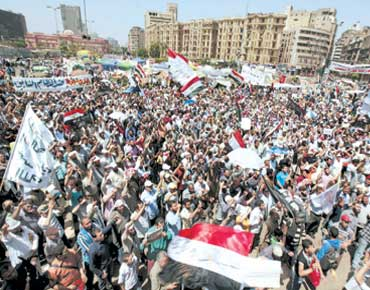 """""""ميدان التحرير"""" يطالب بحل """"العسكري"""" واستقالة الحكومة"""