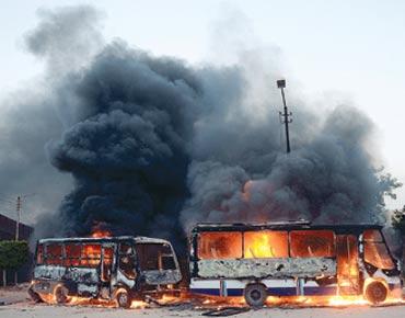 """مصر : مقار """"الإخوان"""" وباصات الدولة تشتعل في محافظات مصرية"""