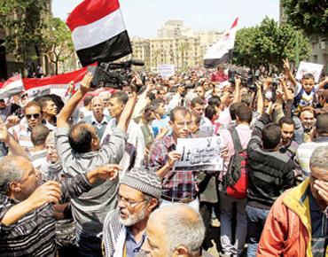 مصر: محمد مرسي يرقي قادة الأفرع الرئيسة في الجيش